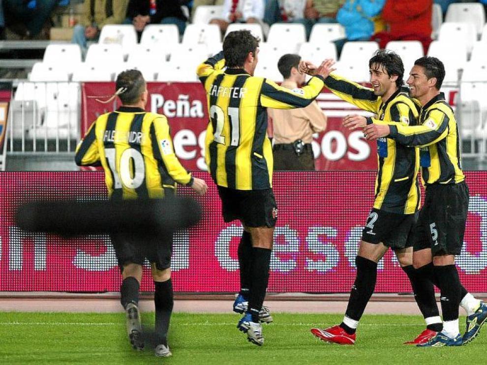 D'Alessandro, Zapater, Diego Milito y Óscar se abrazan en el triunfo del Real Zaragoza en Almería en octubre de 2007.