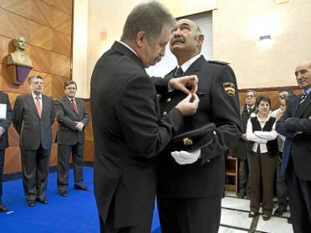 Gabriel Marzo recibe la Medalla al Mérito Civil.
