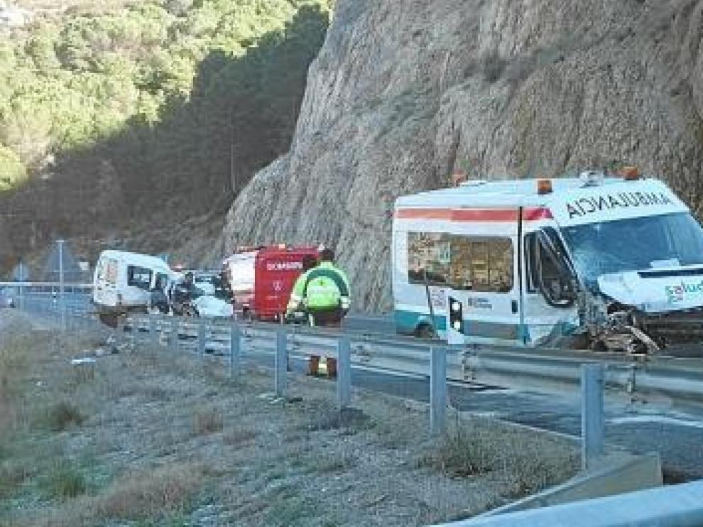 Los equipos de emergencia, junto a los vehículos siniestrados.