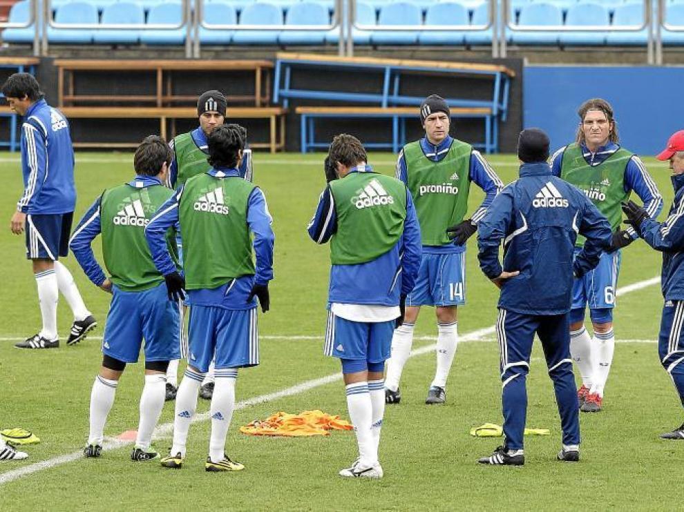 Aguirre da instrucciones a sus jugadores durante un entrenamiento.