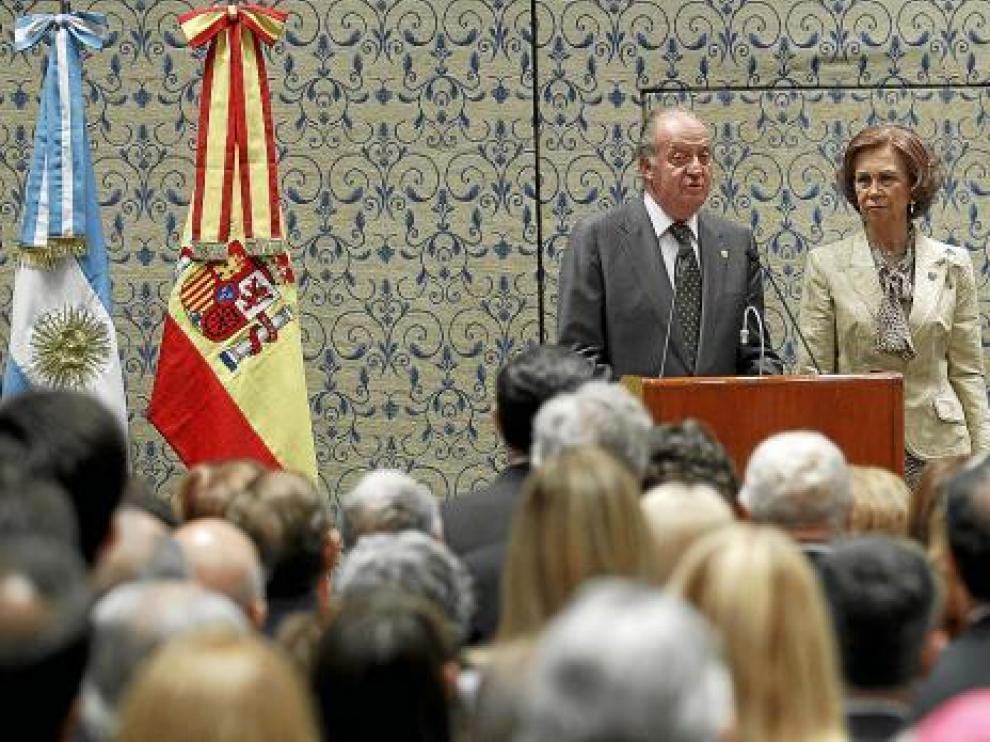 Los Reyes de España, junto a Jiménez, en un encuentro con la colectividad española en Mar del Plata.