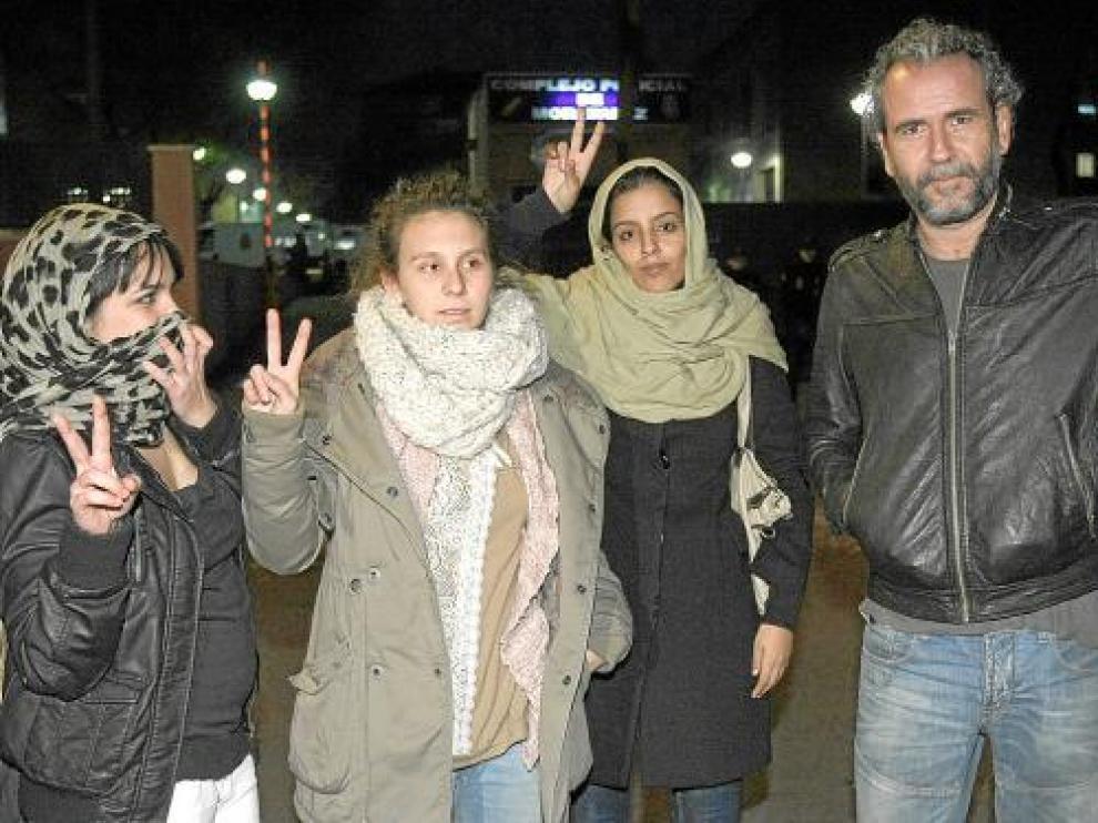 Willy Toledo (d), junto a activistas prosaharauis, a su salida tras ser detenidos, el jueves en Madrid.