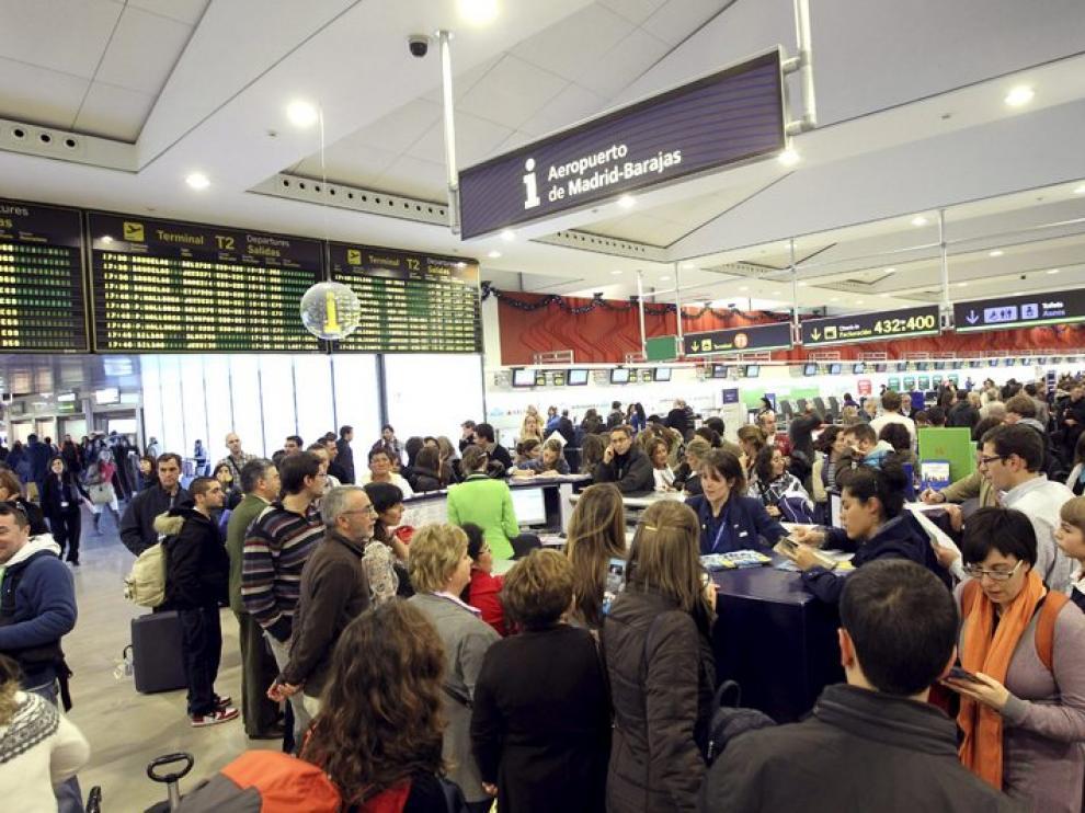 Cientos de personas en el Aeropuerto de Barajas