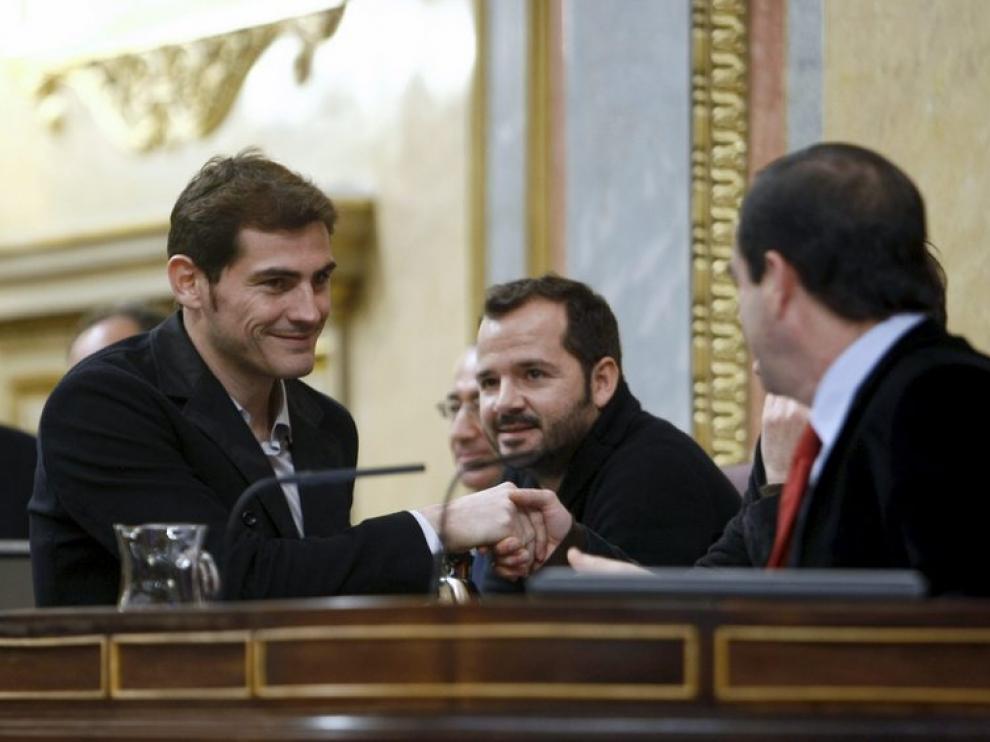 Casillas saluda al presidente del Congreso, José Bono, al fondo, el actor Ángel Martín.
