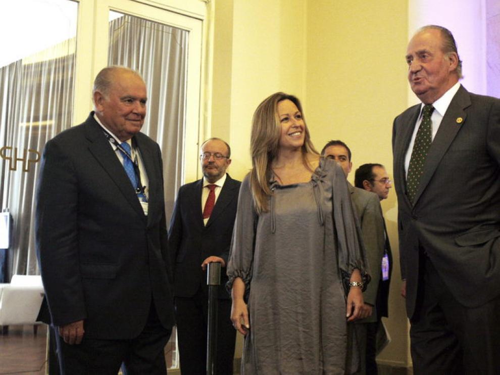 - El rey Juan Carlos de España (d) habla con la ministra española de Relaciones Exteriores, Trinidad Jiménez (c), y con el secretario general iberoamericano, Enrique Iglesias (i)