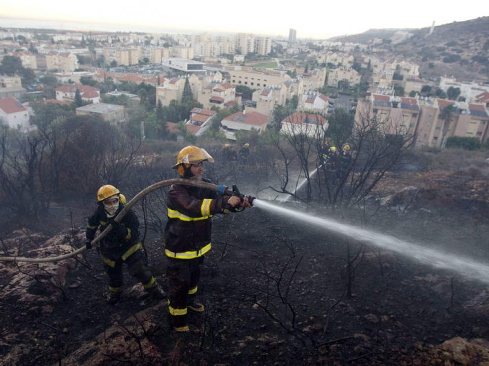 Unos bomberos trabajan a las afueras de Carmel