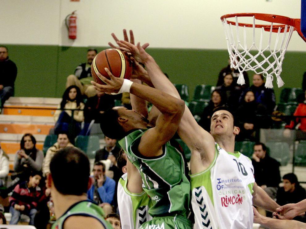 Almazán se dispone a colocar un tapón a Atkinson en el partido disputado ayer en Málaga.