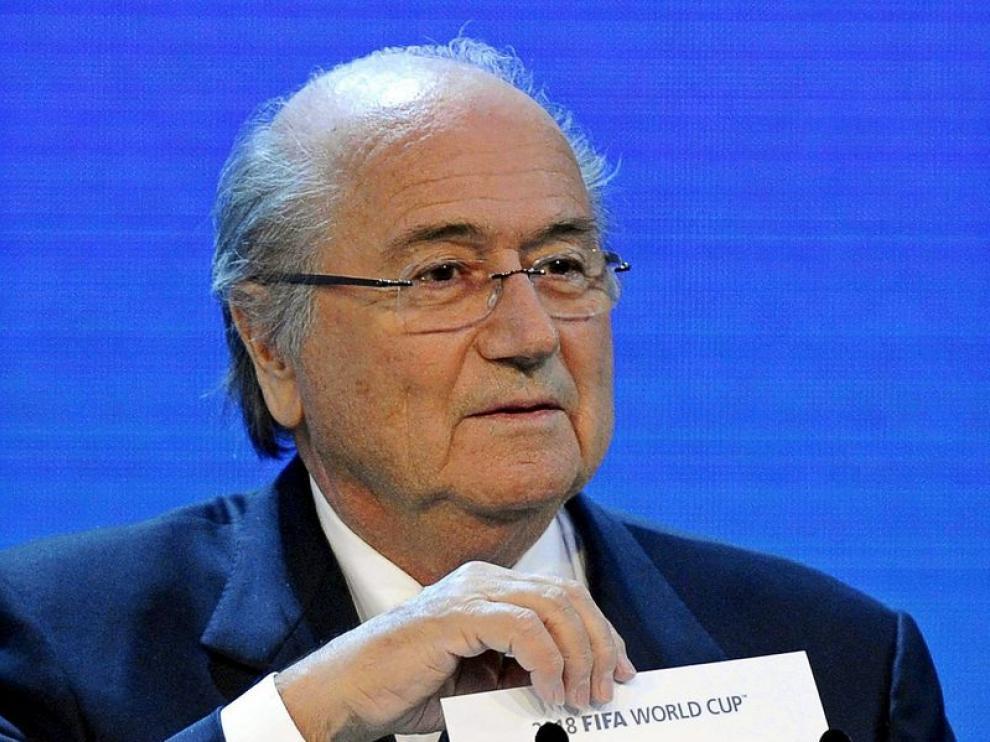 Joseph Blatter enseña el nombre de Rusia como sede oficial del Mundial 2018