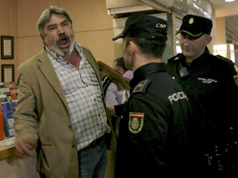 Agentes de la Policía intentan tranquilizar a un pasajero afectado en Tenerife