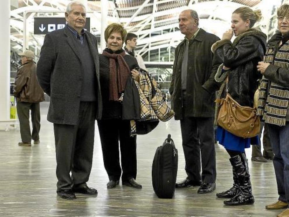 Pepita Vila (segunda por la izquierda), con el grupo con el que ayer debía viajar a Tenerife.