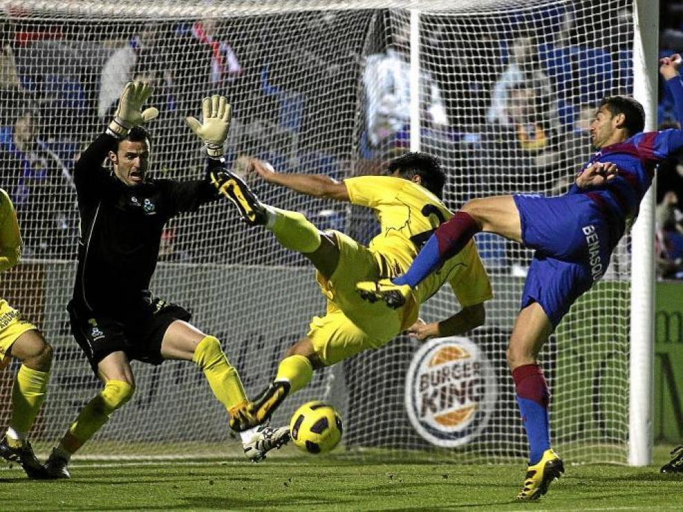 El delantero del Huesca Roberto García intenta rematar a portería en una de las primeras acciones del partido de ayer ante el Alcorcón.