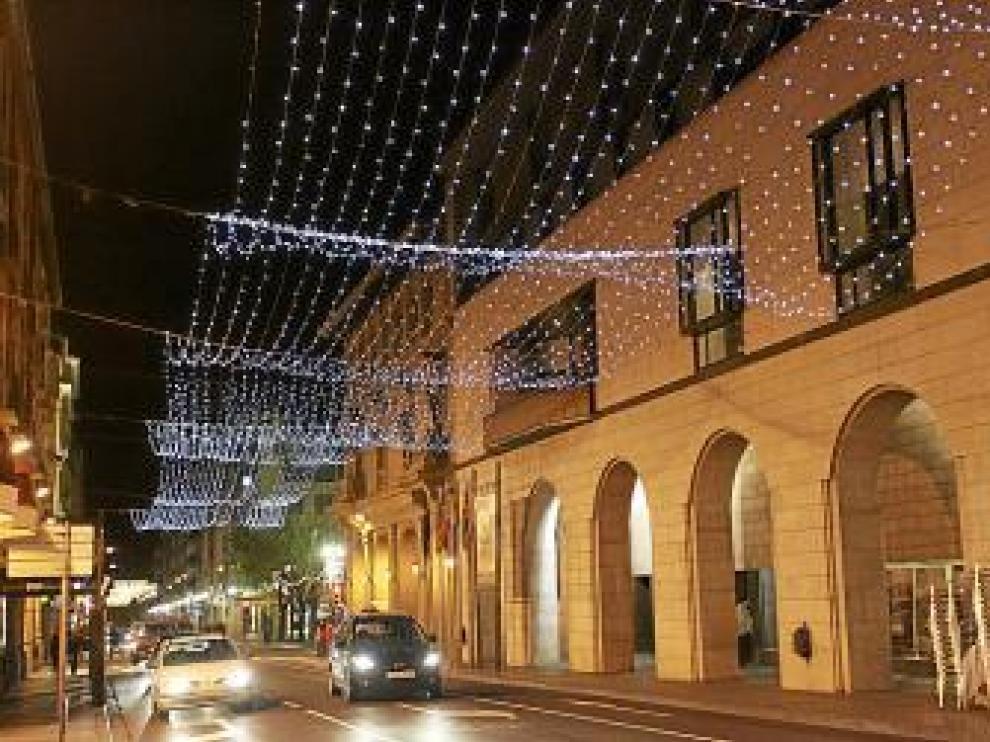 Así lucían anoche los adornos en los Porches de Galicia.