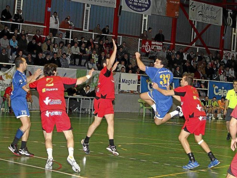 Un jugador del Palma del Río se eleva entre Esteban y Bertos, ayer, durante el partido.