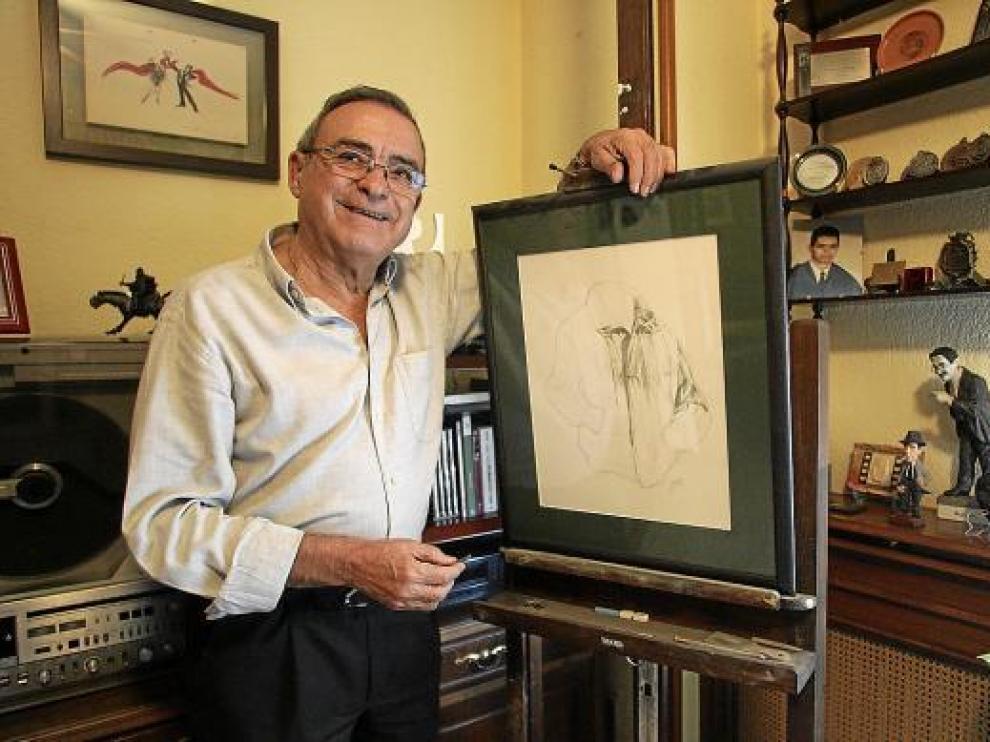 Ángel Garcés, en su casa con uno de sus dibujos, afición que aparcó para dedicarse al Festival de Cine.