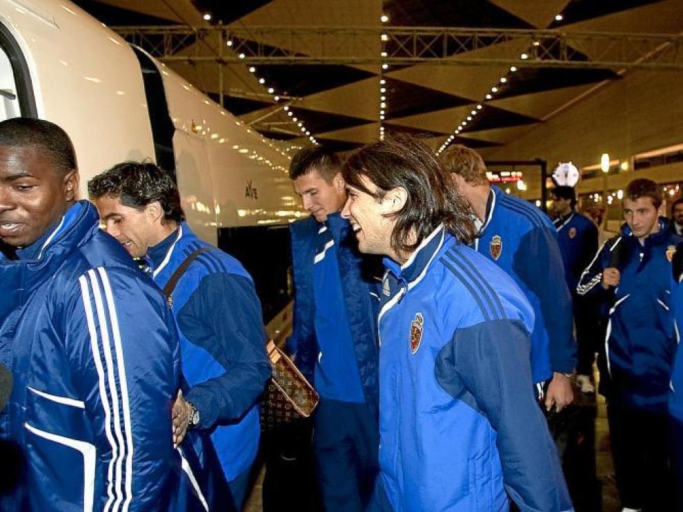 Los jugadores del Real Zaragoza en el momento de tomar ayer tarde el AVE en la estación de Delicias de Zaragoza.