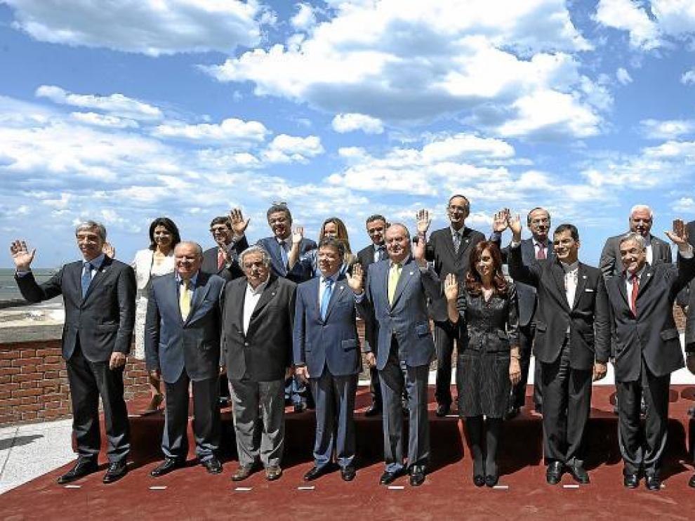 Foto de grupo de los jefes de Estado y de Gobierno iberoamericanos, ayer en Mar del Plata (Argentina).