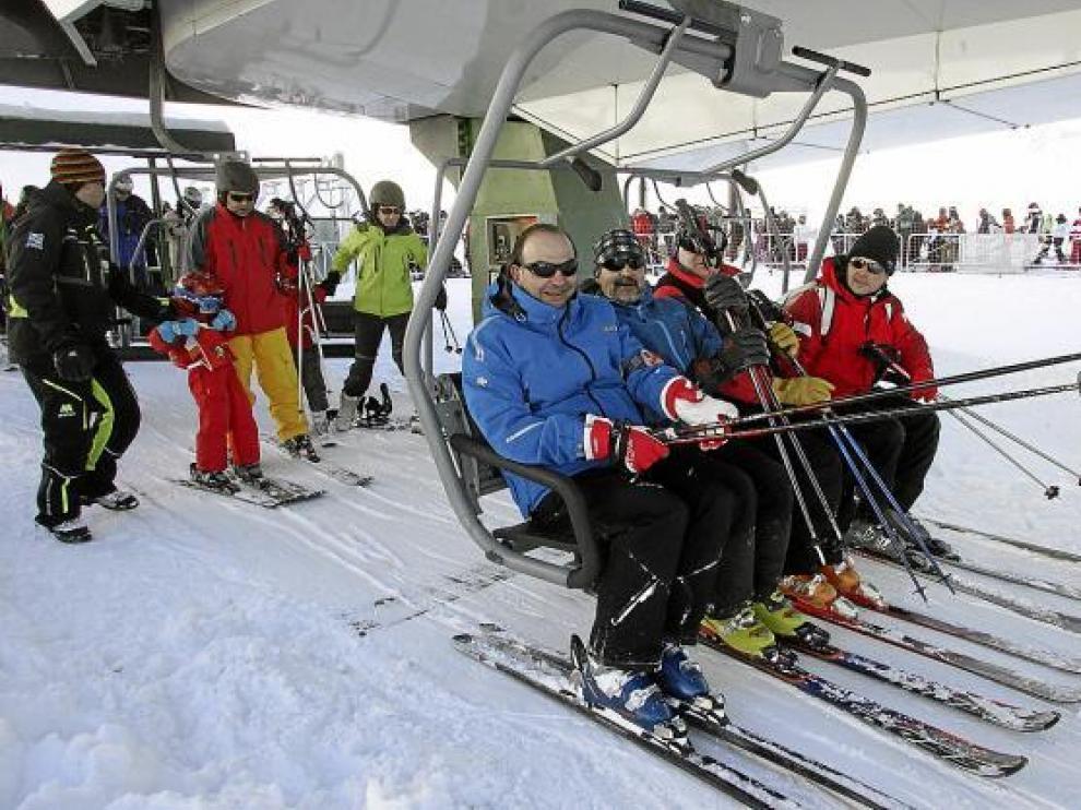 Un grupo de esquiadores se sube a una de las sillas de Formigal, estación que tuvo gran afluencia de público.