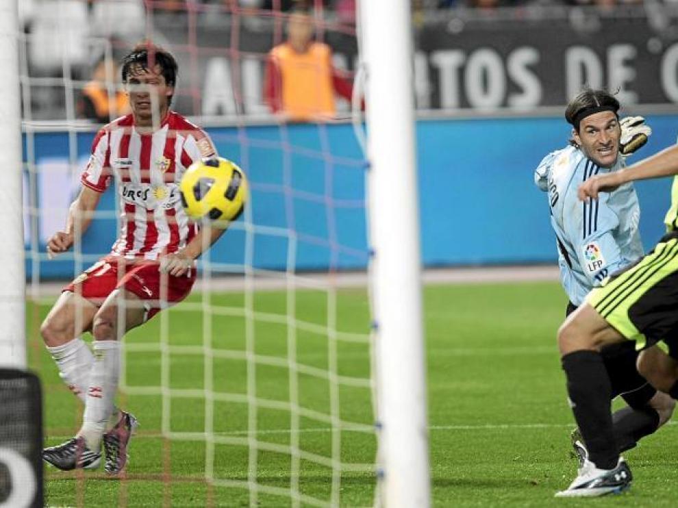 Piatti marca el gol de empate ante las sorprendidas miradas de Leo Franco y Javier Paredes.