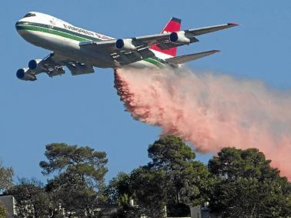 Labores de extinción del avión 'Evergreen Supertanker', ayer.