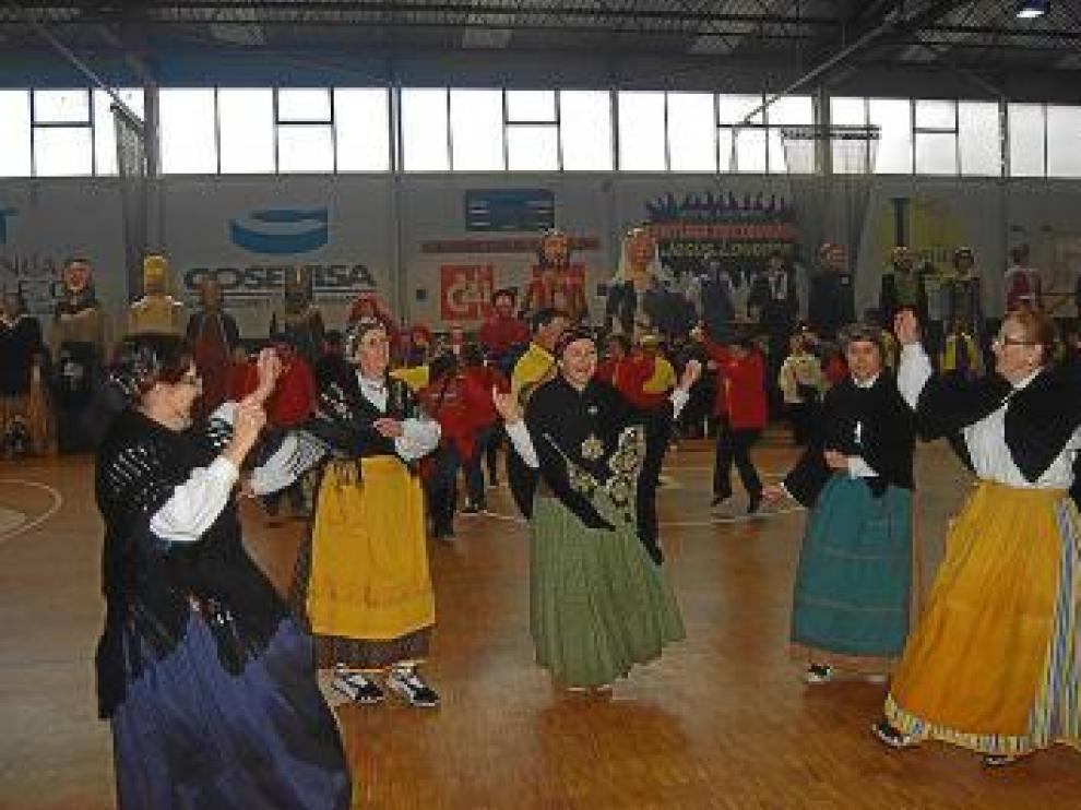 Los grupos folclóricos animaron la jornada de las comparsas.