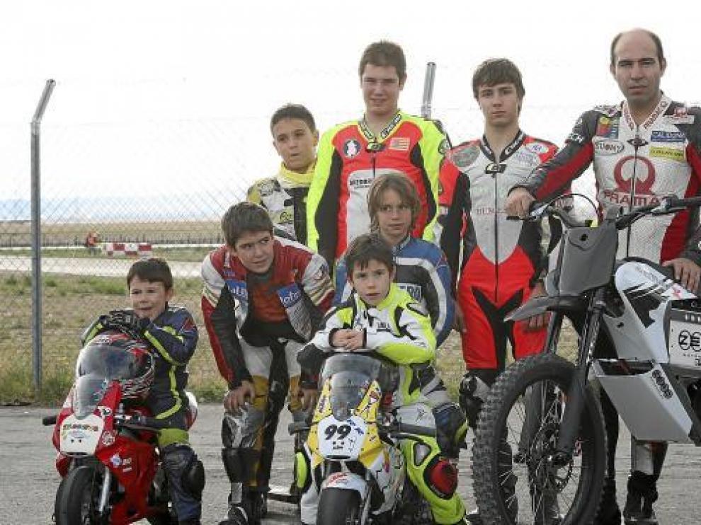 Gregorio Gasca con algunos de sus jóvenes alumos de  la escuela que promueve.