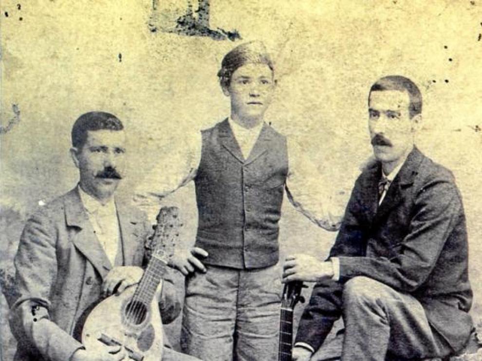 Ángel Sola, el cantador el Niño Moreno y Santiago Lapuente, en 1896.