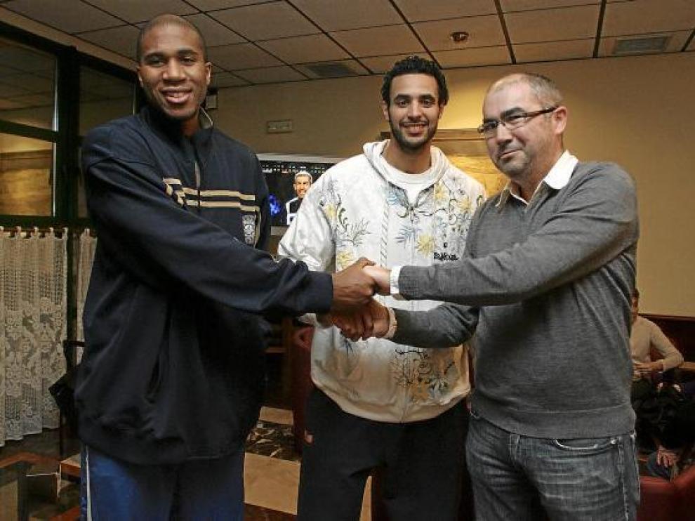 De izquierda a derecha, Brandon Polk, Howard Brown y el presidente del club, José Manuel Rincón.