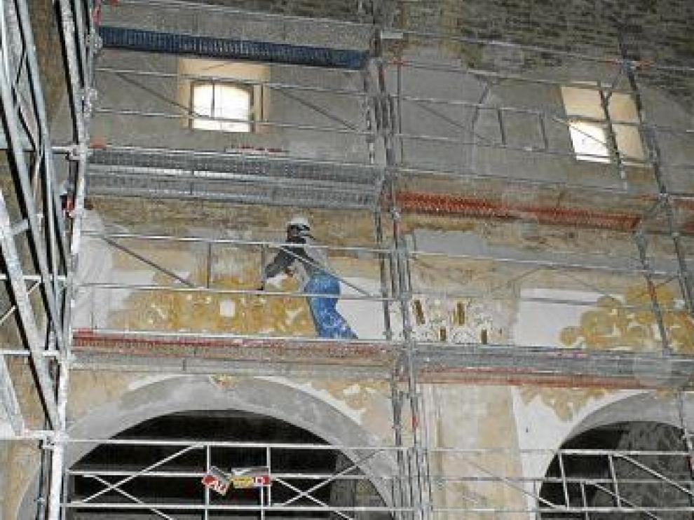 Trabajos de restauración en la nave central.