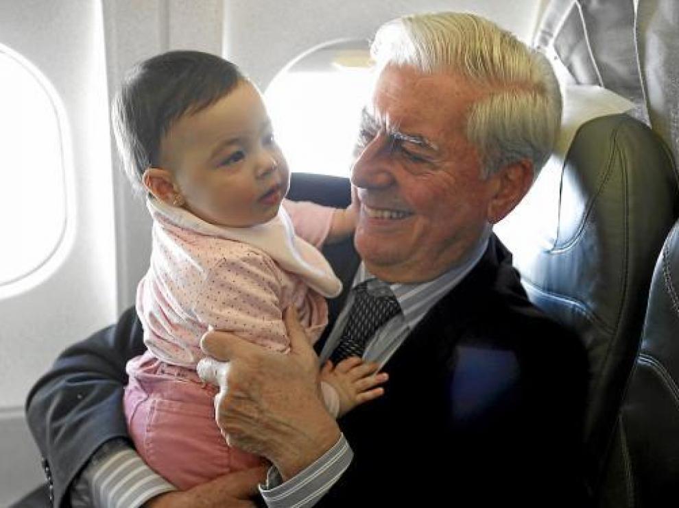 Mario Vargas Llosa, junto a su nieta Anais, en el avión que le trasladó ayer a Estocolmo.