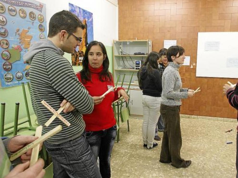 Participantes en uno de los talleres que ayer realizó la JOC en el IES Pirámide.
