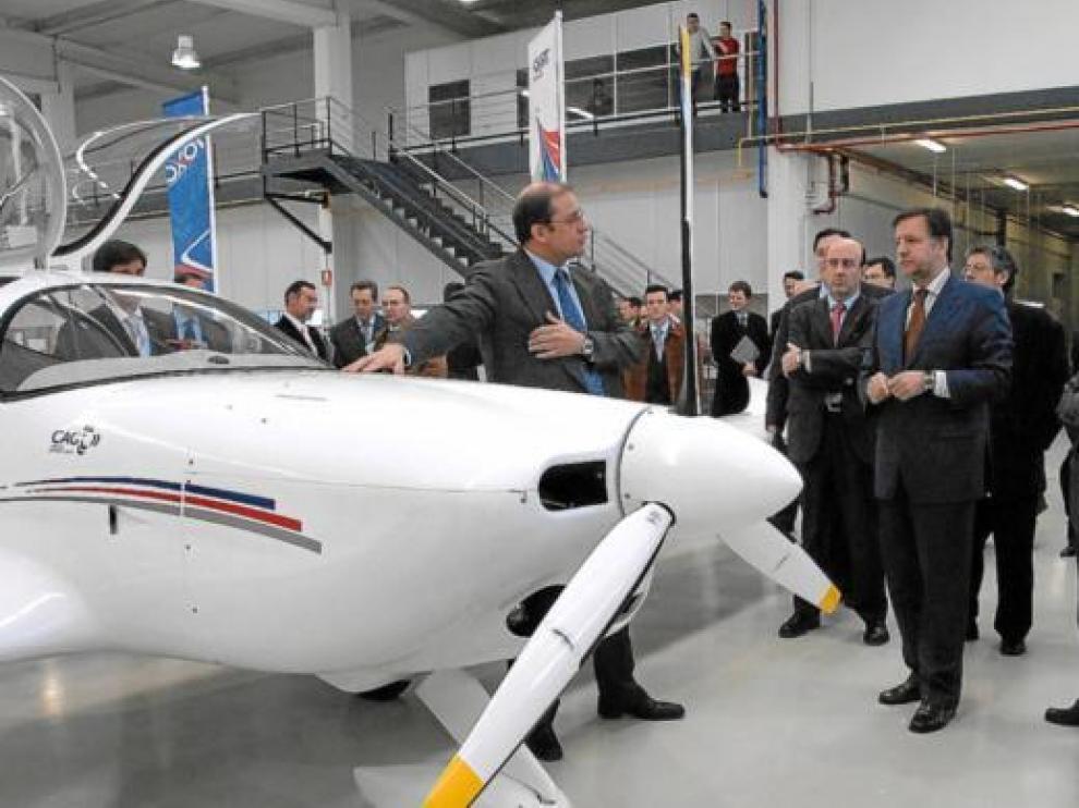 Iglesias, Larraz y Coello, en la presentación de la primera avioneta fabricada en Villanueva, en 2007.