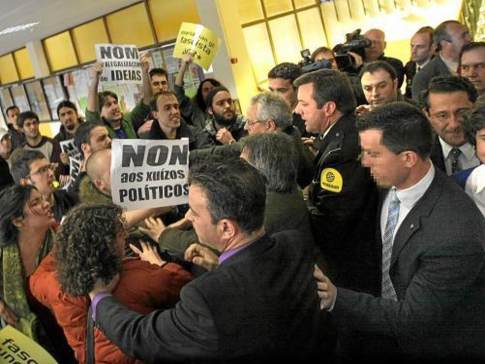 María San Gil, en una imagen de 2008, ayudada por sus escoltas antes de dar una charla.