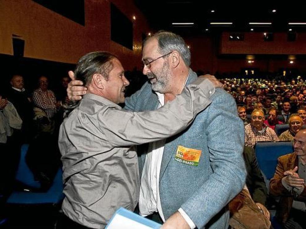 Tras su elección, José Manuel Penella -zquierda- se fundió en un abrazo con Javier Sánchez.