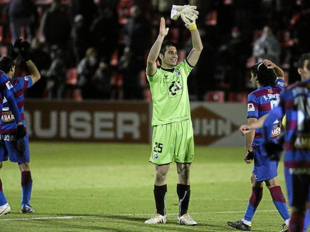 El guardameta Andrés celebra el triunfo del equipo aplaudiendo a la grada al término del partido contra el Alcorcón.
