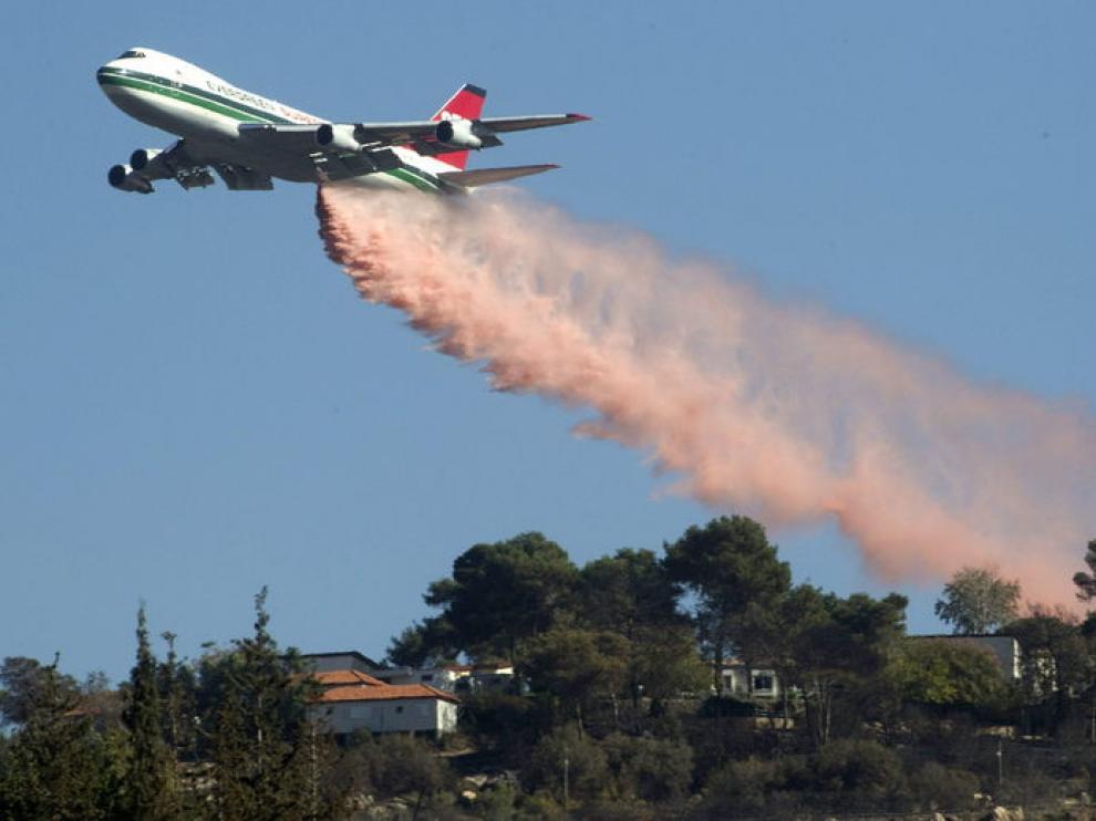 Un avión, en tareas de extinción del fuego en los alrededores de Haifa