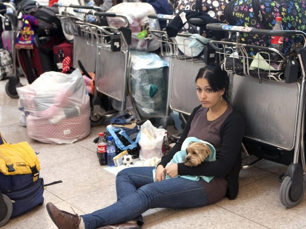 Una persona espera su vuelo en el aeropuerto de El Prat de Barcelona