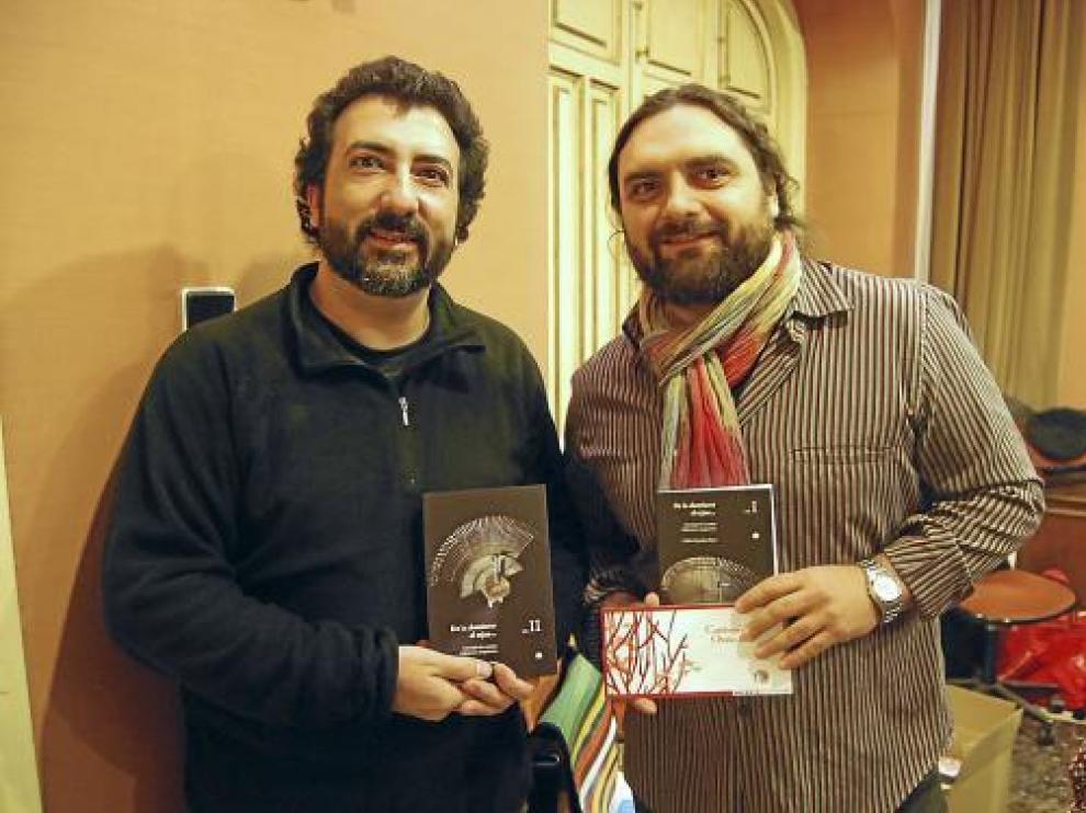 Carlos González y Pep Bruno posan para la fotografía con los dos volúmenes editados.
