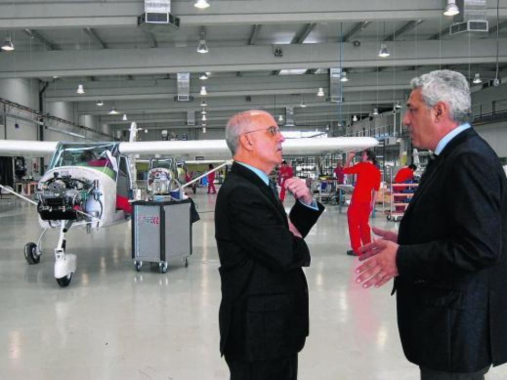 Visita del consejero de Economía, Alberto Larraz, a la fábrica de Tecnam en el otoño de 2008.