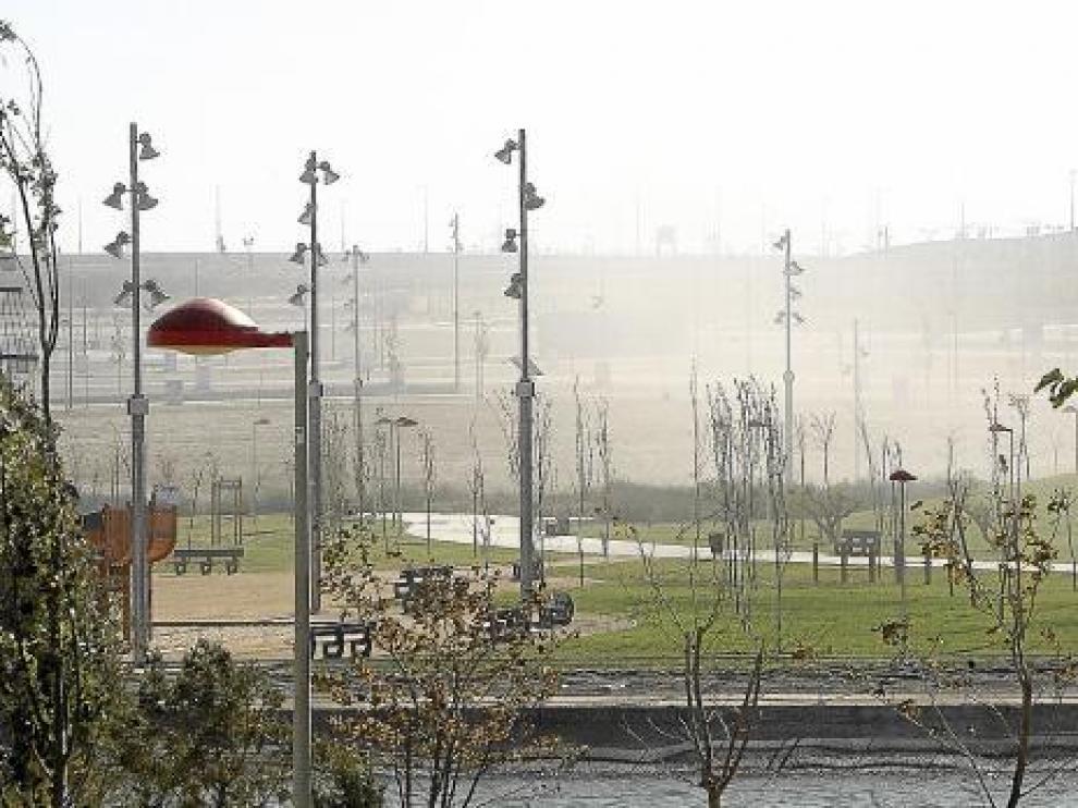 Una nube de polvo recorre el parque del Libro de la Selva, al final de Valdespartera.