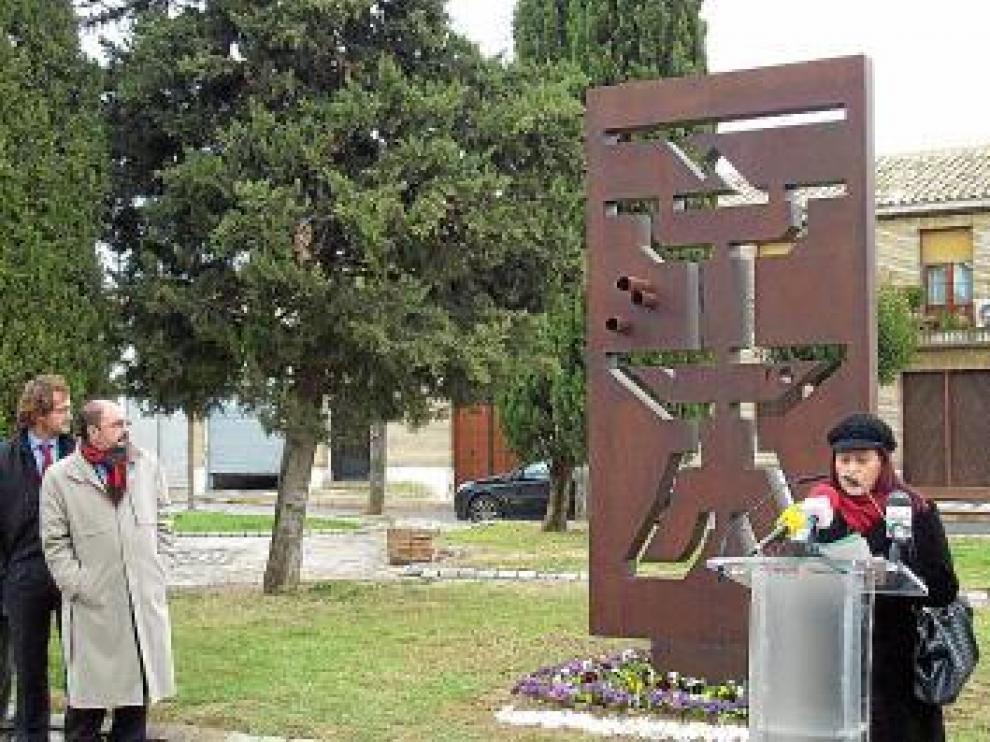 A la izquierda, el hijo de Giménez Abad y el alcalde de Ejea.