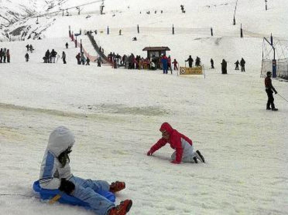 Pese a la lluvia, los esquiadores acudieron a Astún.
