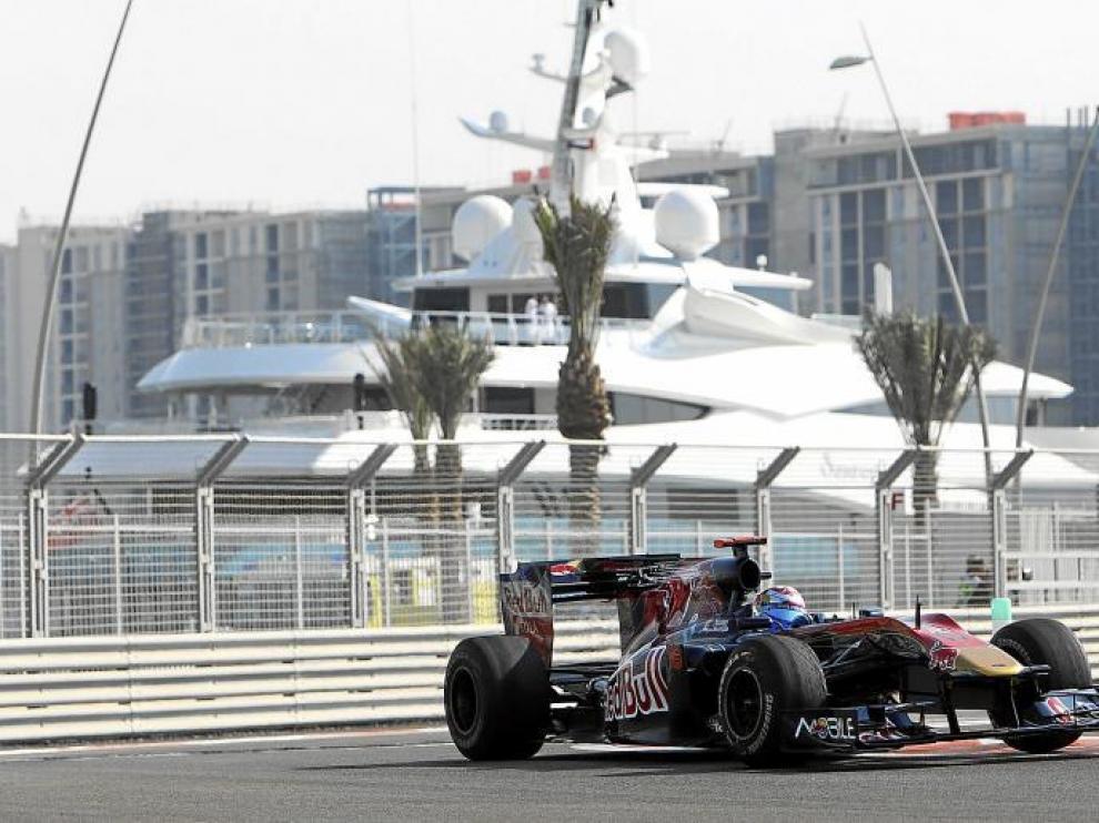 Jaime Alguersuari toma una curva.