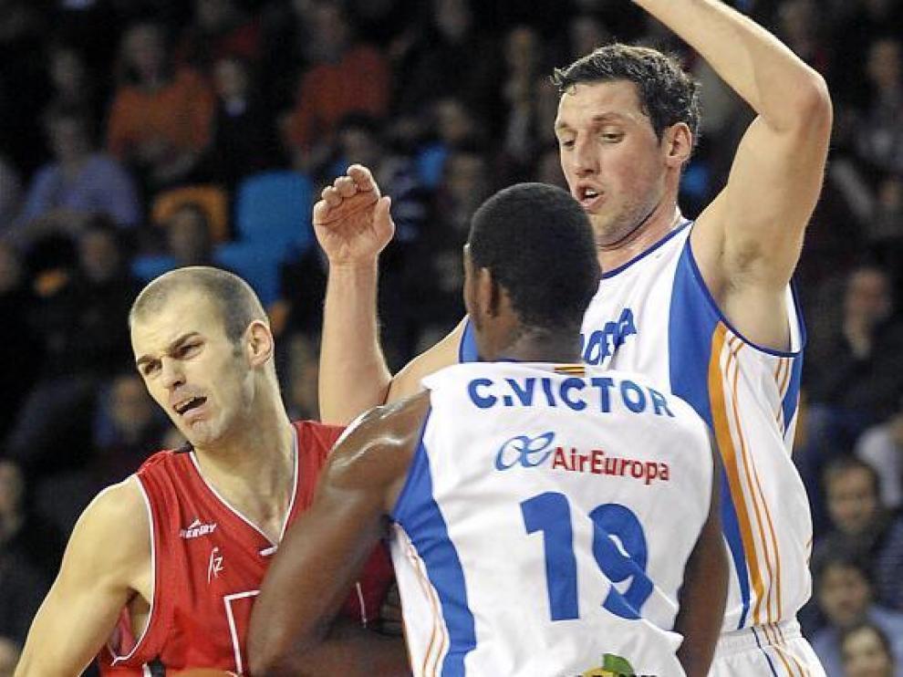 Andrés Miso choca contra Cuthbert Victor durante el encuentro del domingo.