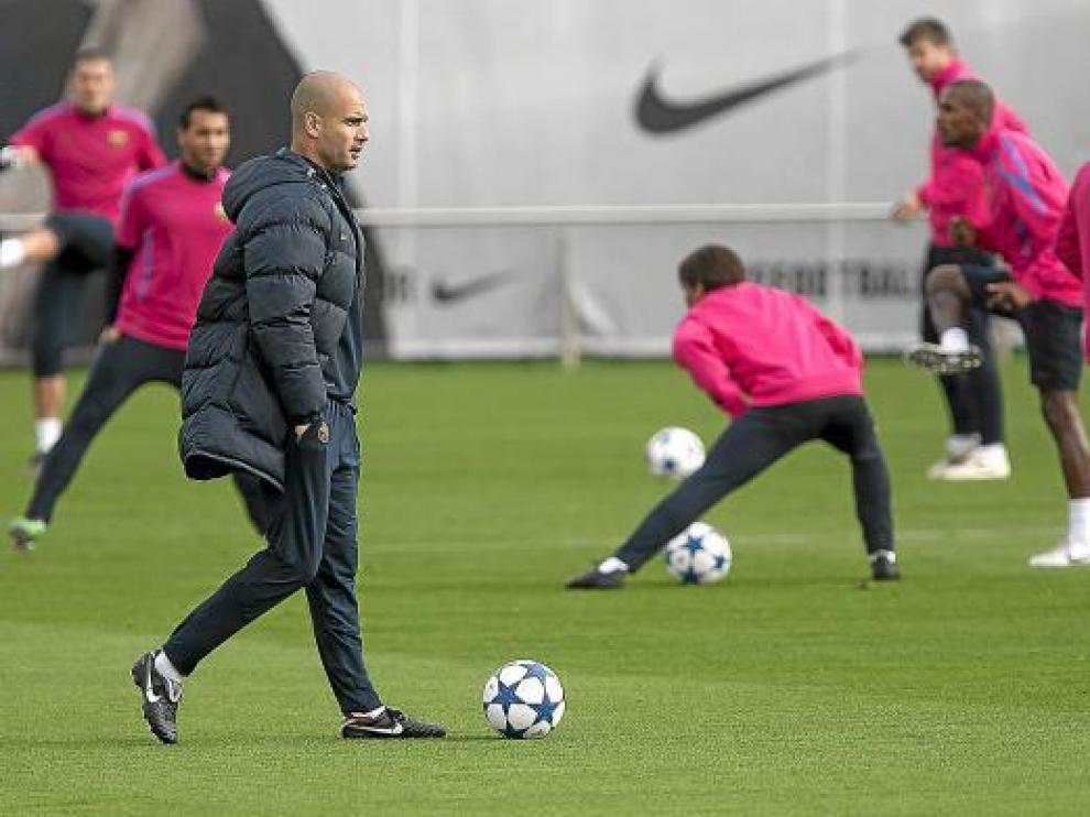 El entrenador del Barcelona, Pep Guardiola, durante el entrenamiento de ayer.