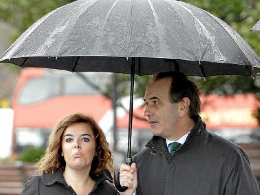 Soraya Sáenz de Santamaría (PP) y José A. Alonso (PSOE), ayer.