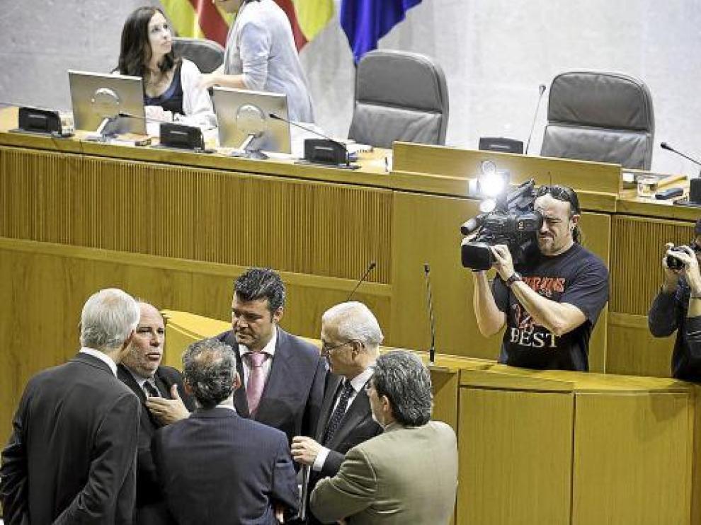 Los cinco portavoces parlamentarios conversan con el presidente de las Cortes, en un pleno.