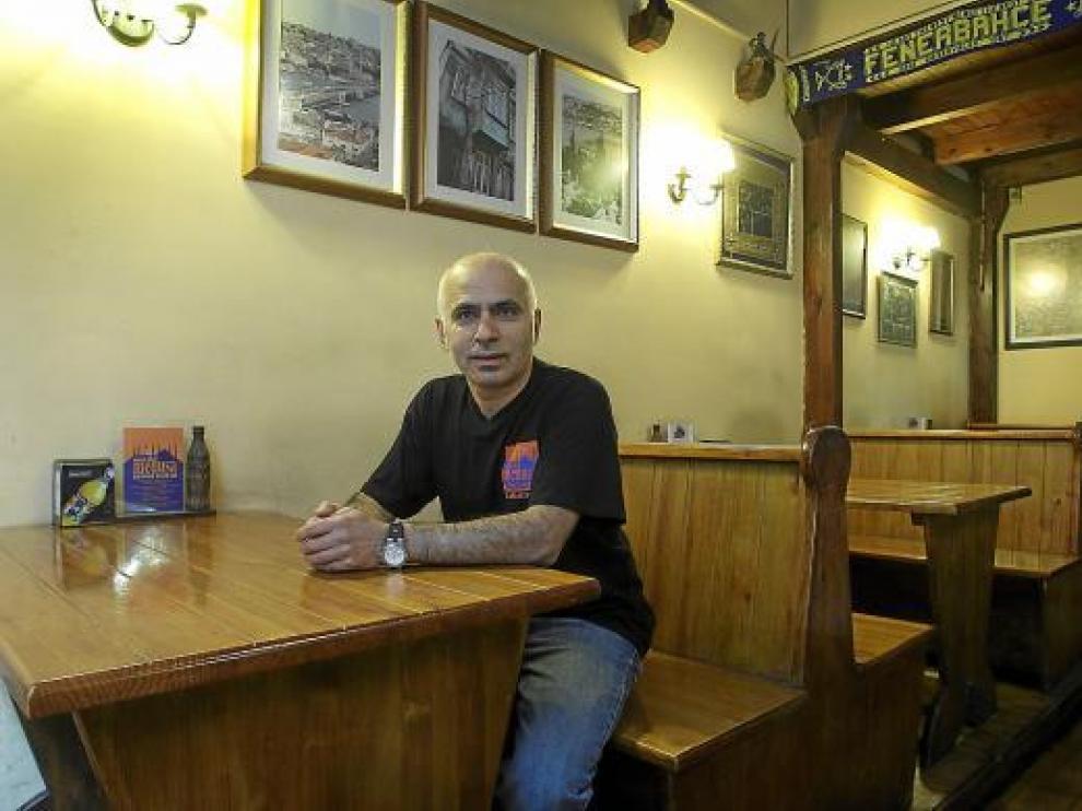 Ahmet Saglik, que se define como 'otomaño', en La Medusa, en la calle Argensola de Zaragoza.