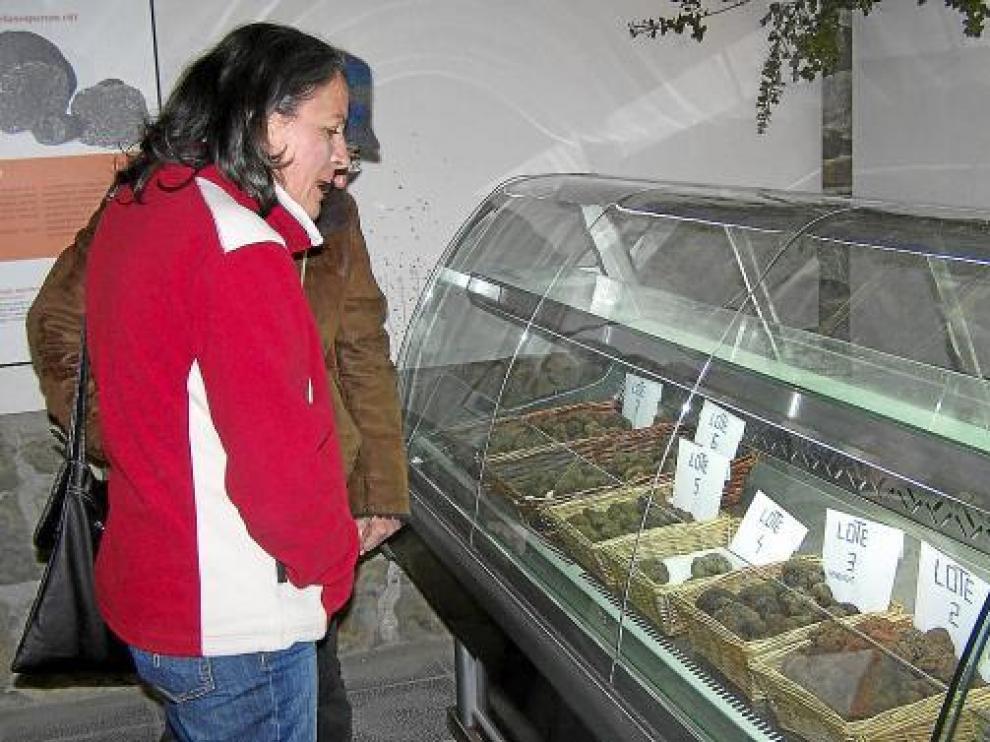 Visitantes en el mercado de la trufa fresca de Graus de la pasada temporada.