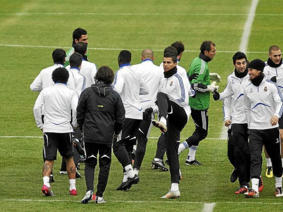 Los jugadores del Real Madrid se entrenaron ayer para preparar el partido contra el Auxerre.