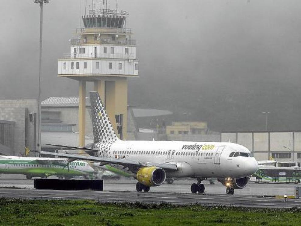 Un avión junto a la torre de control del aeropuerto de Tenerife Norte, en una foto de archivo.